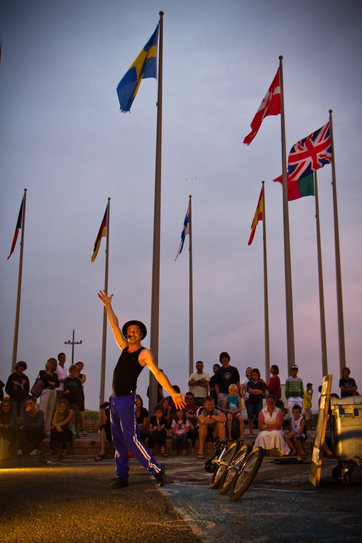 Youm sur la place aux drapeaux à Mimizan-plage